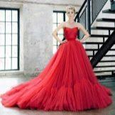 Красное пышное платье из шифона