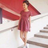Красное платье в клетку с кросовками