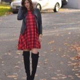 Красное платье в клетку в сочетание с ботфортами и кожаной курткой