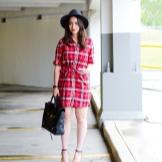 Красное платье в клетку с босоножками