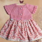 Платье с вязаным верхом для девочки спицами