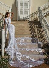 Свадебное платье с вырезами и шлейфом