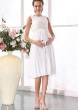 Короткое прямое свадебное платье для беременных невест