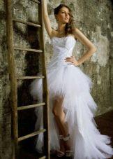 Свадебное платье короткое с воланами на шлейфе