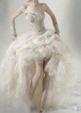 Короткое свадебное платье со шлейфом и  рюшами