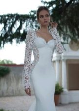 Прямое свадебное платье с длинными рукавами
