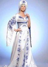 Свадебное платье в русском стиле с синей вышивкой