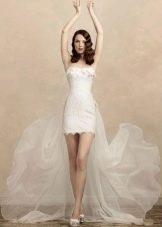Очень короткое свадебное платье со шлейфом