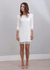 Короткое свадебное платье с кружевной отделкой