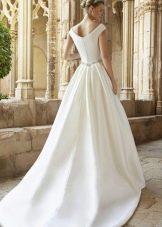 Шлейф на свадебном платье, пришитый на линии талии