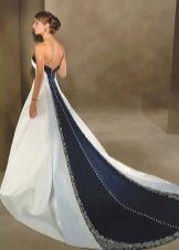 Свадебное пышное платье со шлейфом с синей вставкой