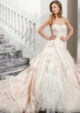 Свадебное цветное пышное платье со шлейфом