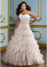 Свадебное платье для полных А-силуэта с воланами на юбке