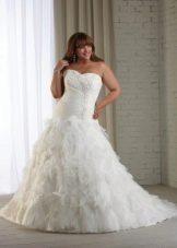 Свадебное платье с воланами для полных
