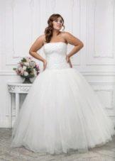 Свадебное платье для полных невест с корсетом и пышной юбкой