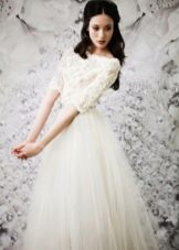 Закрытое свадебное платье с кружевным верхом