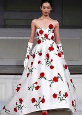 Красные цветы на свадебном платье