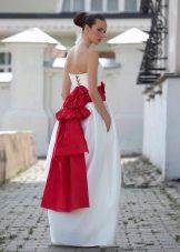 Пышное свадебное платье с красным бантом и шнуровкой