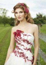 Свадебное платье с красной аппликацией