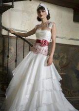 Свадебное платье с красным бантом