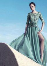 Вечернее платье в пол с гипюровыми рукавами зеленое