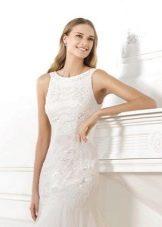 атласное свадебное платье с декором на лифе