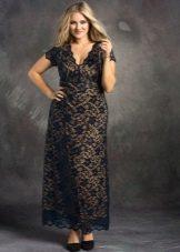 Кружевное черное вечернее платье в пол для полных с контрастной подкладкой