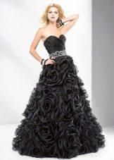 Черное вечернее платье с цветами на юбке