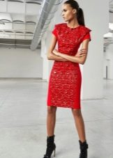 Красное короткое платье с рукавом