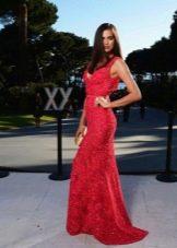 Кружевное вечернее платье красное со стразами