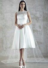 Короткое свадебное платье с ажуром и атласом