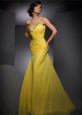 Желтое легкое вечернее платье с украшением