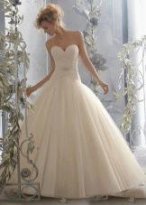 Свадебное платье с пышной юбкой и заниженной талией