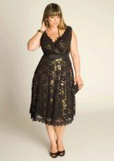 Кружевное вечернее платье с контрастной подкладкой