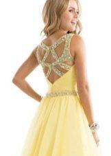 Открытая спина в желтом вечернем платье