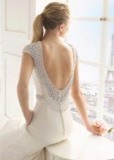 Свадебное платье с расшитым стразами вырезом на спине