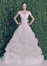 Свадебное платье из зимней коллекции 2014 с воланами