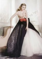 Свадебное платье с красным поясом и черной юбкой
