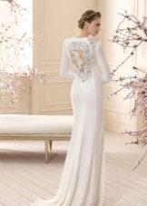 Свадебное платье с вырезом на спине и шлейфом