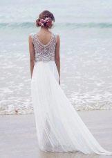 Свадебное платье с вырезом на спине и шлейфом ампир