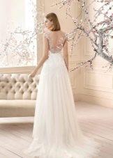 Свадебное платье с вырезом на спине и шлейфом а-силуэта