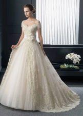 Свадебное платье пышное с приспущенными плечами