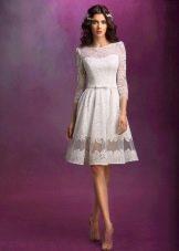 Короткое пышное свадебное платье с рукавами