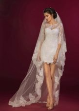 Короткое свадебное платье с кружевным рукавом
