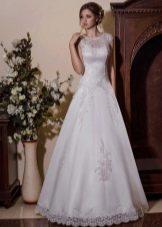 Свадебное платье а-силуэта с закрытыми плечами