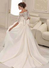 Свадебное платье а-силуэта с бантом