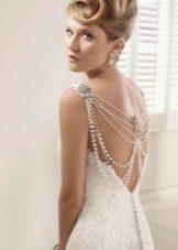 Свадебное платье с открытой спиной и жемчужной ниткой