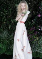 Белое вечернее платье с розовым поясом
