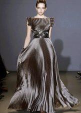 Вечернее платье с драпировкой на лифе