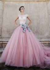 Розовое свадебное платье с бантом